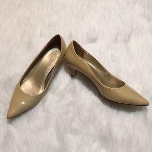 Tahari nude tan kitten heels Mia patent leather 6M